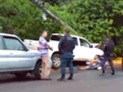 Vídeos feitos por testemunhas mostram policial rodoviário federal circulando livremente por local do crime. (Foto: Reprodução/ Vídeo)