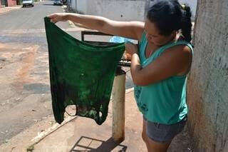 Amiga mostra roupa que Márcia usava na hora que foi esfaqueada (foto: Vinícius Squinelo)
