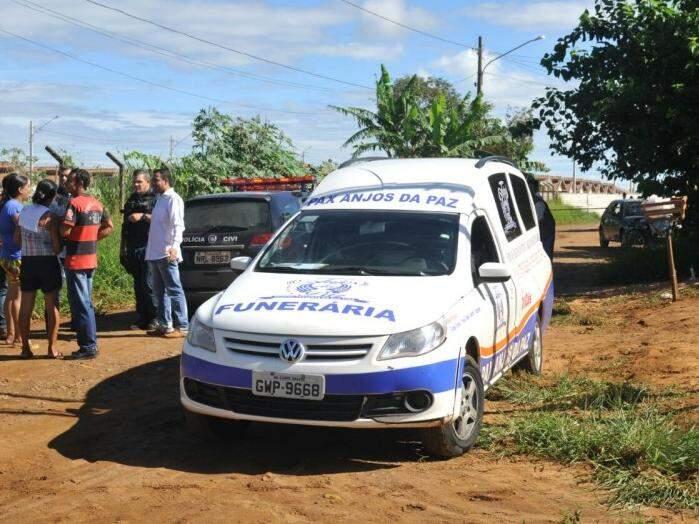 Polícia ouve familiares e vizinhos no local do crime (Foto: Alcides Neto)