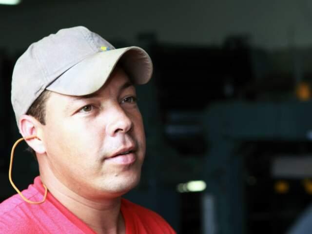 Rei da indústria: ex-servente de pedreiro, Leão já teve seis promoções na fábrica de brinquedos e quer estudar para crescer ainda mais. (Fotos: Giuliano Lopes)