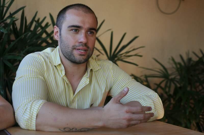 Frederico trouxe a mãe para o Brasil, para mudar de vida com a gastronomia.