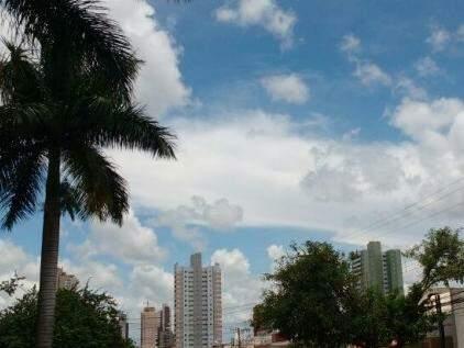 Céu está ensolarado e com nuvens em Campo Grande no início da tarde desta segunda-feira (02) (Foto: Amanda Bogo)