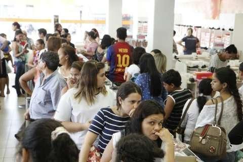 A dois dias do Natal, consumidores lotam centro de Campo Grande