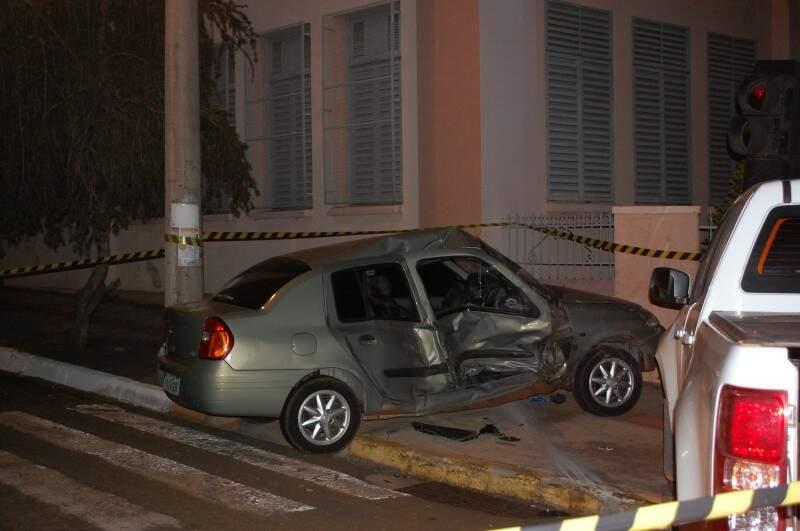 Os dois veículos ficaram danificados. (Foto: Anny Malagoliny)