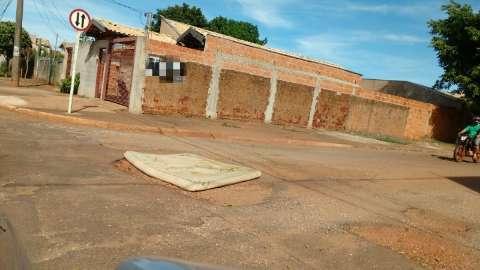 No Coronel Antonino, colchão é usado para sinalizar buraco na rua