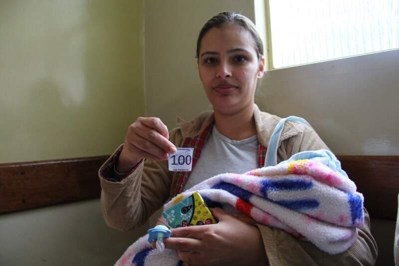 Kamyla Barreto de Lima, 28 anos, chegou tarde, mas contou com a generosidade de um amigo que cedeu a última senha deste sábado. (Foto: Marcos Ermínio)