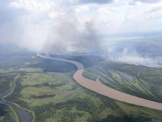 Cerca de 3 km de vegetação são atingidos pelas chamas (Foto: Divulgação/Bombeiros)