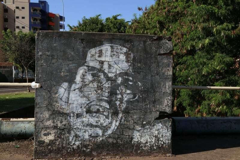 Imagem de Marçal de Souza, feita por artista de rua, na Antônio Maria Coelho, equina com Avenida Fernando Corrêa da Costa (Foto: João Garrigó)