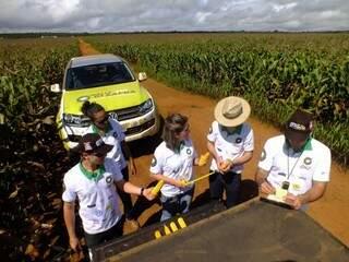 Técnicos recolhem amostras e conversam com produtores (Foto: Marcos Campos/Rally da Safra)