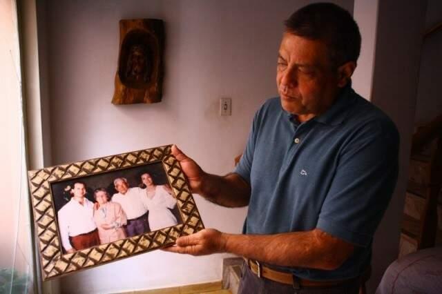 Odilon Nakasato mostra na foto o pai, de quem herdou a profissão de massagista de técnica japonesa (Foto: Campo Grande News)