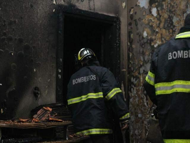 Casa foi destruída pelo fogo (Foto: Alcides Neto)