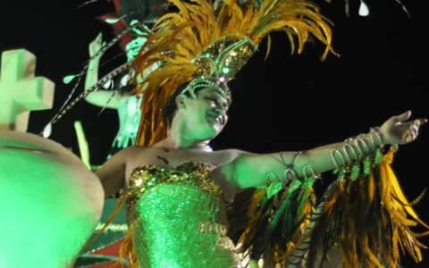 Gays, travestis e transformistas vivem reinado no Carnaval de Corumbá