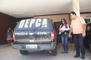 Bebê chega a delegacia acompanhado pelos policiais. (Foto:Marcos Ermínio)