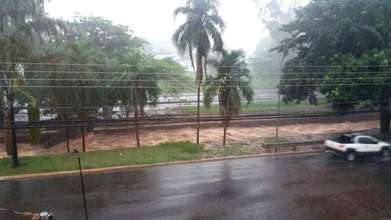 Córrego também transbordou na Fernando Corrêa da Costa. (Foto: Direto das Ruas)
