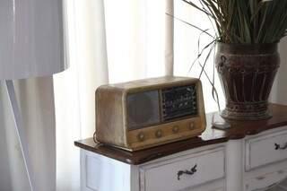 Na entrada da mostra, rádio que leva os ouvintes a uma viagem pelas ondas do tempo.