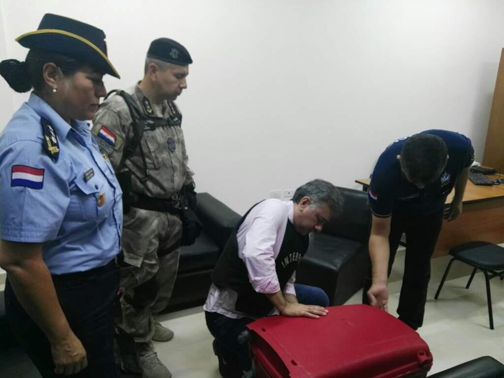 De colete à prova de balas, Pavão arruma mala em presídio do Paraguai. (Foto: Direto das Ruas)