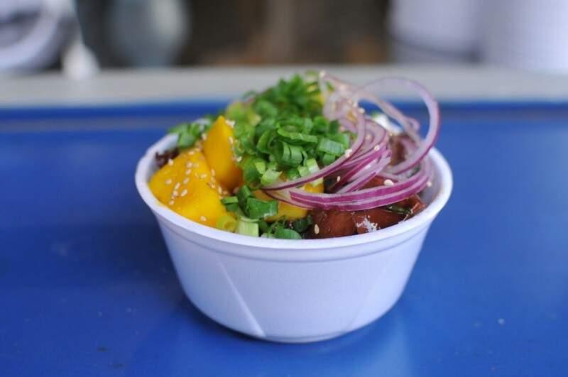 Comida havaiana é uma das novidades e o cliente escolhe os ingredientes.