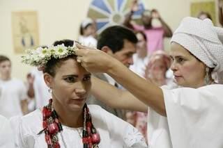 Alianças são coroas de Obará. Na religião, o enlace é demonstrado por elas, que são colocadas pelos padrinhos de casamento.