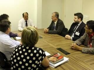 Deputado Zé Teixeira em reunião com diretores de empresa responsável por ponto eletrônico e de departamentos da Casa de leis. (Foto: Divulgação)