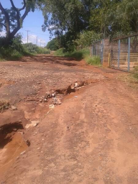 Cratera aberta na rua Jarauçu no Bairro Jardim Colúmbia após chuva (Foto: Direto das ruas)