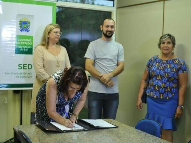 Documento de define comissão e reestruturação é assinado pela secretária de Educação, Maria Cecília (Foto: Alcides Neto)