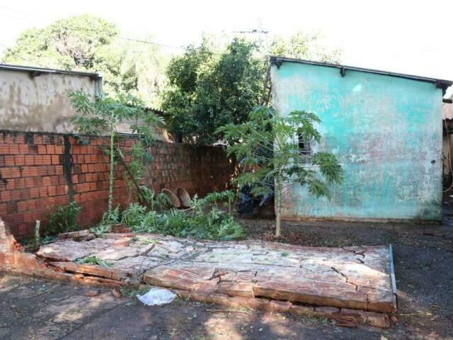 Muro de casa caiu durante temporal. (Foto: Marcos Ermínio)