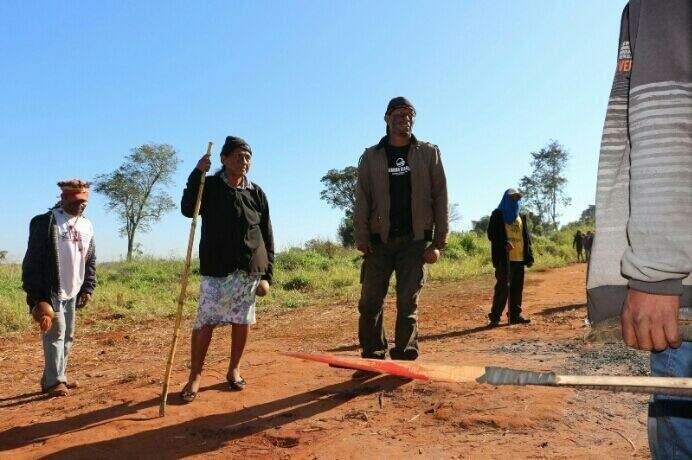 Índios no local onde ocorreram os conflitos na terça-feira. (Foto: Hélio de Freitas)