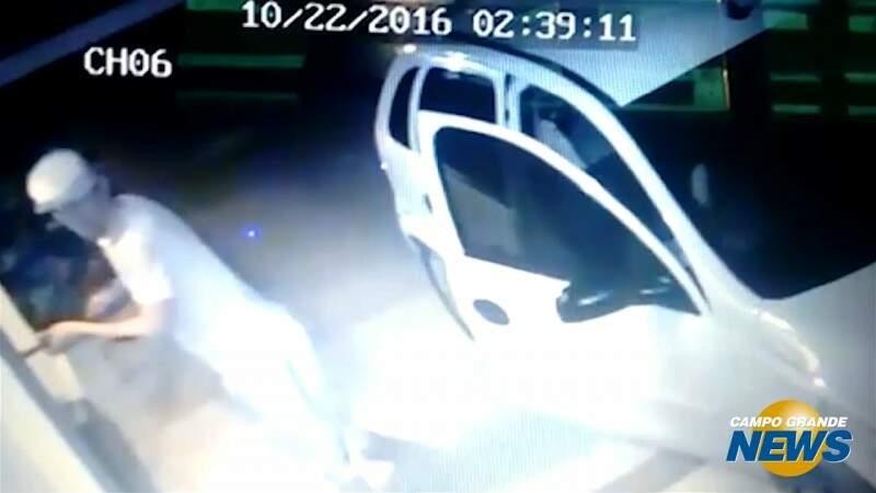 Polícia procura casal que estava com criança de 3 anos em assalto