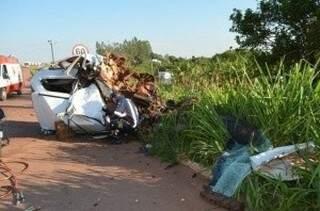 Condutor do Gol morreu no local e carona teve traumatismo craniano.(Foto: Angela Bezerra/Edição de Notícias)