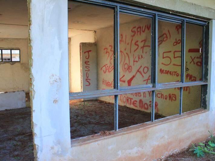 Vândalos picharam paredes do que seriam salas de aula (Foto: Marina Pacheco)