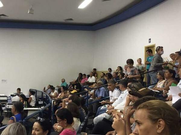 Auditório lotado de pessoas em busca de atendimento. (Foto: Direto das Ruas)
