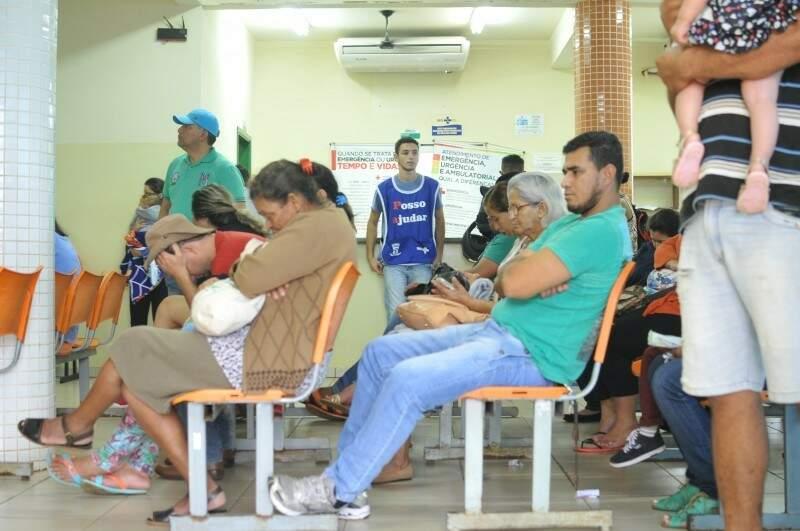 Recepção da UPA do Leblon, uma das unidades mais procuradas pelos pacientes do SUS, lotada; consultas são feitas normalmente, mas quem precisa de exames de sangue não consegue (Foto: Alcides Neto/Arquivo)