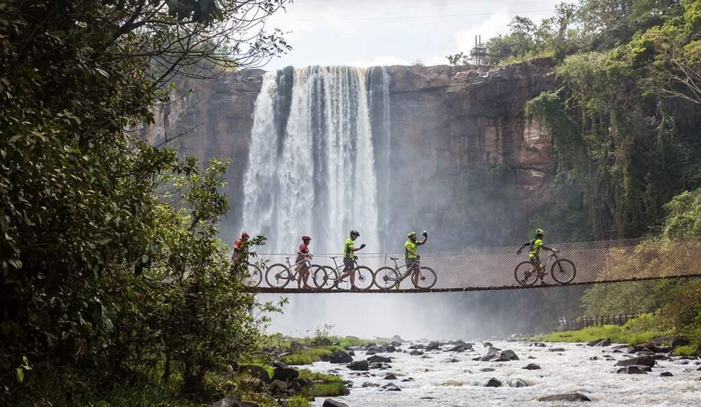 Travessia de pinguela em parque de Costa Rica durante competição de mountain bike (Foto: Assessoria/Divulgação)