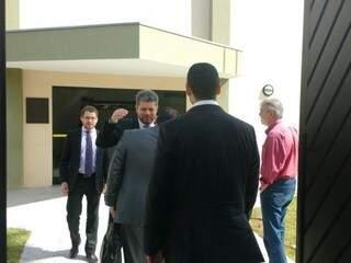 Presidente eleito da Seleta, Romário Seffrin, à direita, de vermelho, entrando no Gaeco. (Foto: Yarima Mecchi)