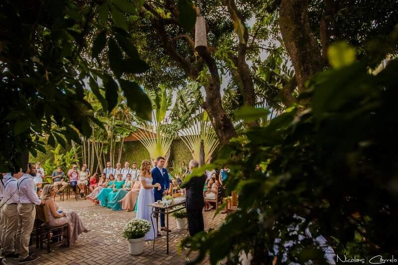 """Entre árvores e muito verde, casal disse """"sim"""". (Foto: Nicolas Carrelo)"""