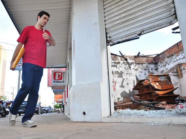 Tanto tempo depois do incêndio, cenário no local ainda é de destruição. (Fotos: João Garrigó)