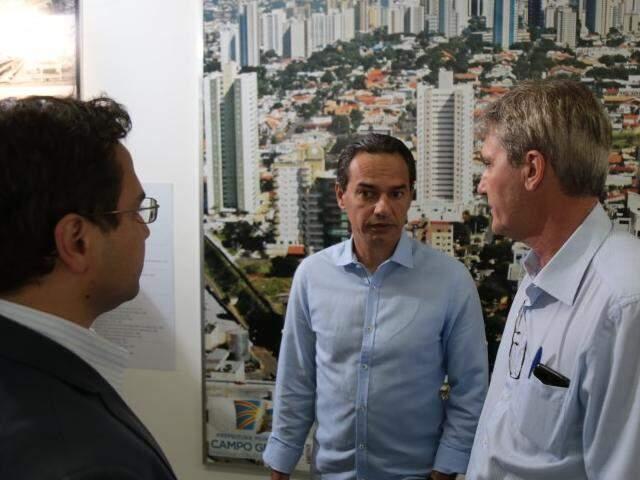 Marquinhos Trad (PSD), no centro, na primeira reunião como prefeito. À esquerda, Pedro Pedrossian Neto (Finanças) e Rudi Fiorese (Obras). (Foto: Fernando Antunes)