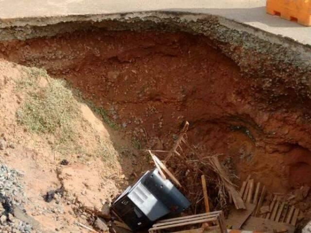 Até pedaço de televisor foi jogado dentro da cratera, que é funda