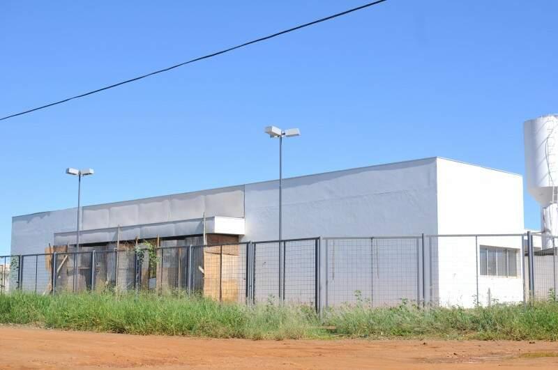 Fachada de tapumes e mato persistem na obra do Oliveira 2. (Foto: Alcides Neto)
