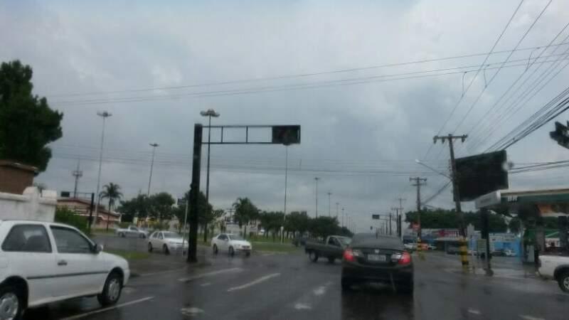 Semáforo desligado no cruzamento das avenidas Costa e Silva, Calógeras e Salgado Filho (Foto: Vinicius Squinelo)