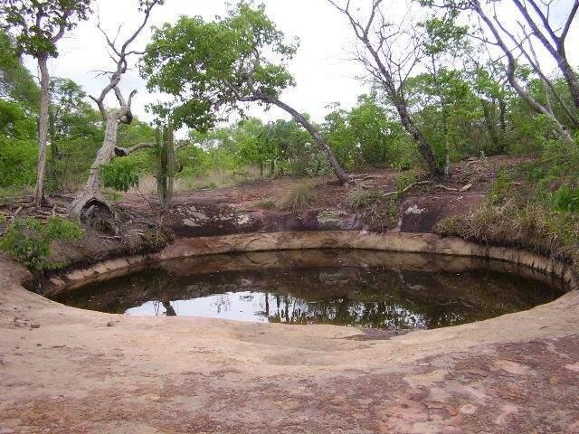 Cratera redonda com água que nunca seca, no topo do Morro de Dákila, na Cidade Zigurats. (Foto: Divulgação)