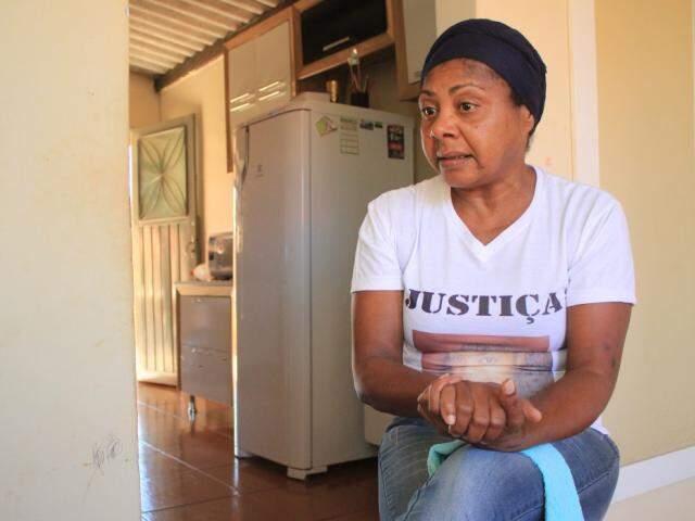 Margareth veste camiseta com foto de Ísis: voz para a filha que foi calada por feminicídio. O primeiro caso registrado em MS após mudança no Código Penal.  (Foto: Marina Pacheco)