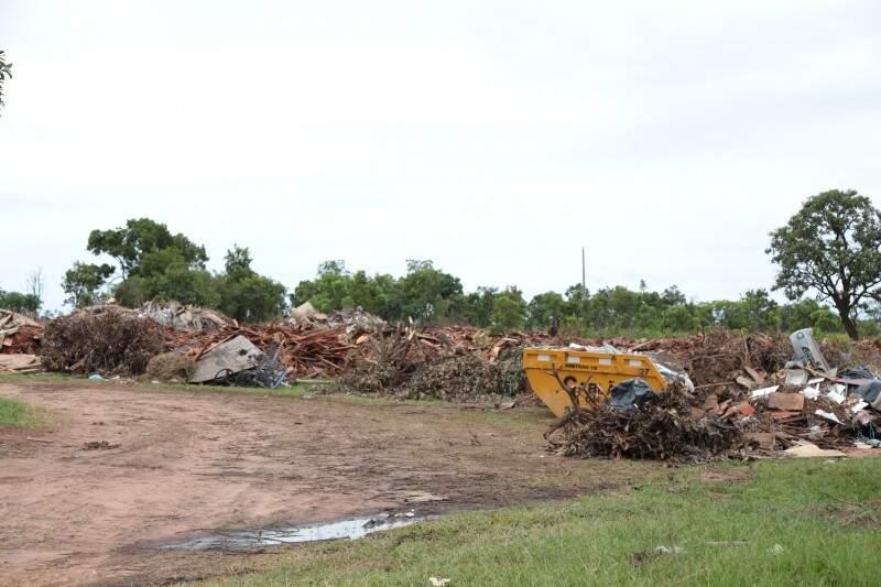 Área particular que estava sendo usada para descarte, na saída para Sidrolândia, também foi fechada (Foto: Fernando Antunes)