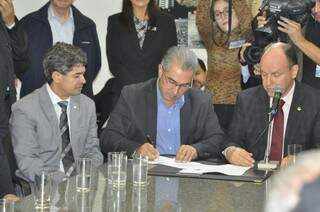 Reinaldo assinou e entregou o projeto que reduz o ICMS do diesel aos deputados. (Foto: Marcelo Calazans)