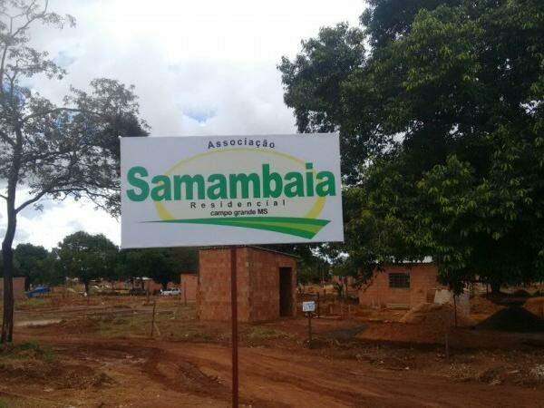 Casas de alvenaria estão sendo construídas na área, que já recebeu placa da Associação. (Foto: Direto das Ruas)