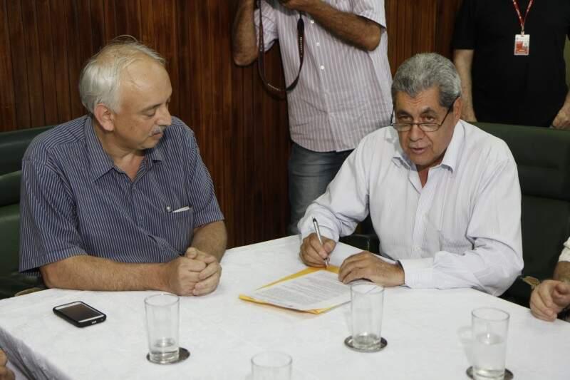 André assina cheque e entrega a Teslenco garantindo R$ 2 milhões (Foto: Cleber Gellio)