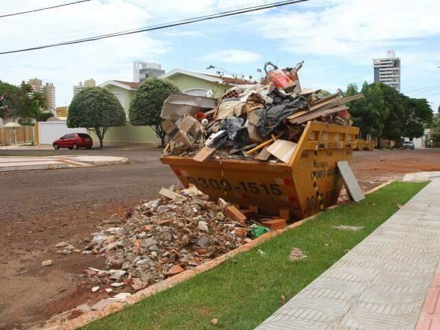 Com caçamba lotada, blocos de cimento e de tijolos foram jogados no chão, na rua Goiás (Foto: Alcides Neto)