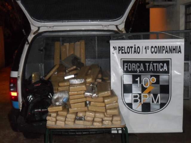 Tabletes de maconha apreendidos (Foto: Divulgação/PM)