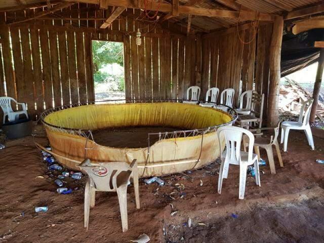 Cadeiras e latas de cerveja em volta de rinha onde galos eram colocados para brigar (Foto: Divulgação)
