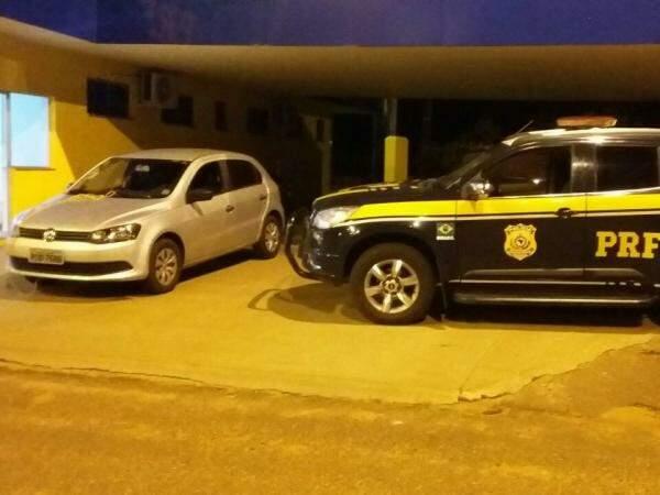 Carro foi recuperado após perseguição na rodovia (Foto: Divulgação/PRF)